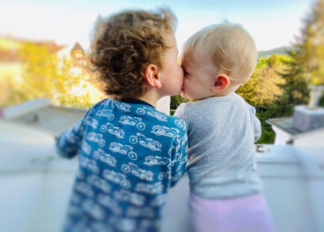 Wie du eine gute Beziehung zwischen deinen Kindern von Anfang an fördern kannst
