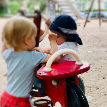 Kinder lernen teilen Streit um Spielzeug